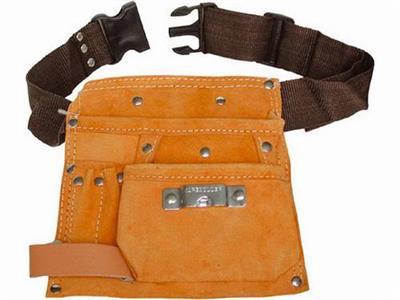 pás na nářadí kožený, 4 kapsy (1 velká, 1 střední, 2 malých), 1 poutko, háček na svinovací metr